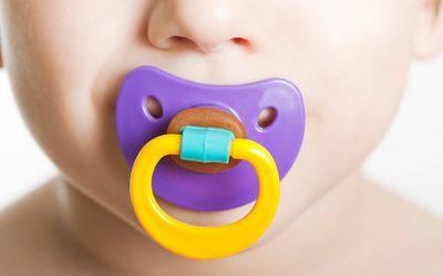 Μπορεί η πιπίλα ,το μπιμπερό ή το πιπίλισμα του χεριού να προκαλέσουν πρόβλημα στην ομιλία του παιδιού;